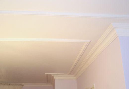 Une baguette a été rajoutée en avant de la corniche pour lui donner du volume (grande hauteur sous plafond).