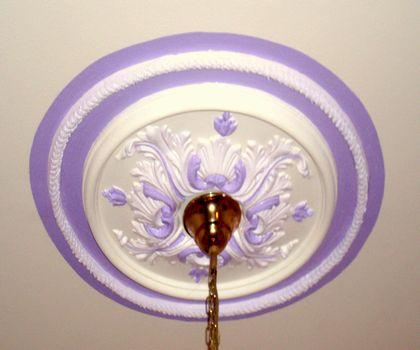 Vu la grande hauteur sous plafond, une corde en chanvre a été rajoutée autour et mise en peinture pour agrandir la rosace.