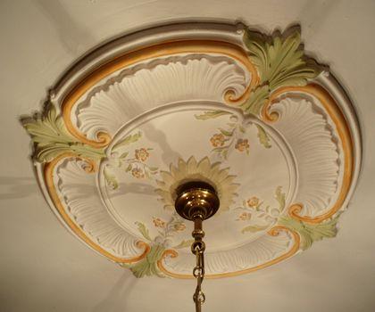 La rosace a été peinte pour « réveiller » le plafond.
