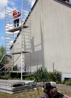 Etape 1 : Nettoyage de la façade (ici le pignon) au nettoyeur haute pression.