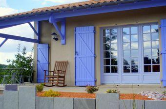 Un petit air de Provence pour ces boiseries extérieures avec ce camaïeu lavande.