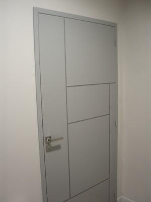 Agence AXA - Filets décoratifs pour cette porte gravée contemporaine.