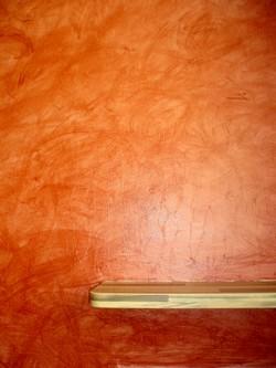 Cuisine. Détail du mur de la cuisine ci-dessus: un glacis a été appliqué pour protéger des risques de projection.