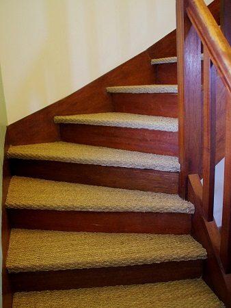 Les marches de cet escalier très fatigué ont été habillées avec du jonc de mer.