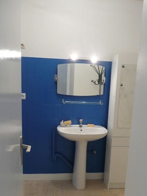 Salle de bains après. L'ancienne faïence a été conservée et peinte.