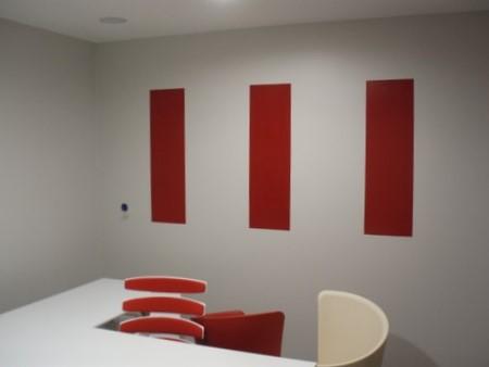 Agence AXA - Bureau. Rappel sur le mur des 3 bandeaux des dossiers de chaise.