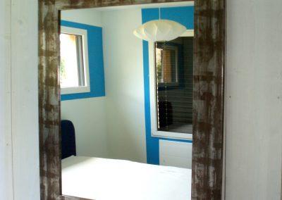 Un cadre bleu pour ces fenêtres vues par le miroir.