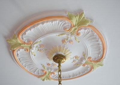 la rosace est peinte pour réveiller le plafond